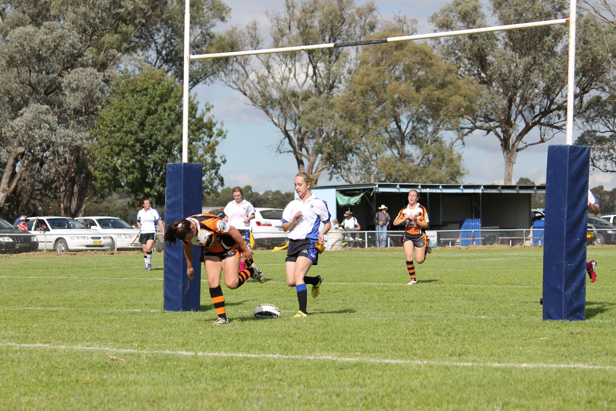 Eryn Coles scoring a try for Canowindra League Tag