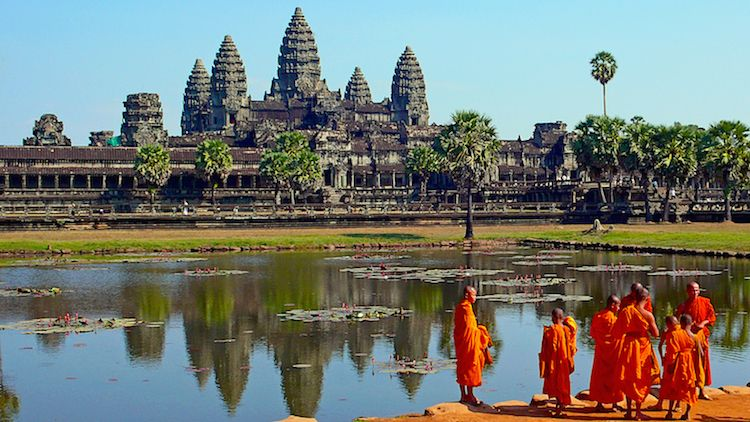 buddhist_monks_in_front_of_the_angkor_wat-_wiki
